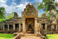对古老Preah可汗寺庙的生苔入口在吴哥,柬埔寨 免版税库存图片