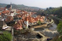对古镇捷克克鲁姆洛夫的看法河的伏尔塔瓦河 免版税库存照片