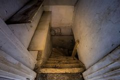 对可怕黑暗的地下室的木台阶 免版税图库摄影