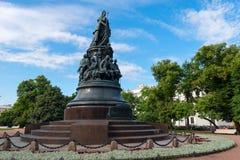 对叶卡捷琳娜二世的一座古铜色纪念碑奥斯特洛夫斯基广场的在凯瑟琳广场 免版税库存照片