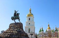 对司令官波格丹赫梅利尼茨基和圣徒索菲娅大教堂, Kyiv,乌克兰的纪念碑 免版税库存照片