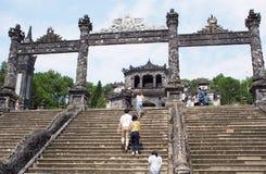 对启定帝坟茔,越南国王皇帝纪念碑的楼梯入口 免版税库存照片