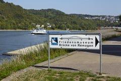 对和平雷马根桥梁和博物馆的雷马根- Roadsign  库存照片