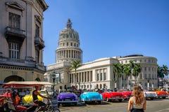 对哈瓦那您的游览的起点一辆五颜六色的葡萄酒汽车的 免版税库存照片