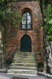 对哥特式教会的木门 免版税库存照片