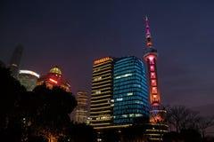 对商业中心的夜视图在上海 库存照片