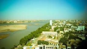 对喀土穆、蓝色和白奈尔斯的恩图曼和合流的空中全景在苏丹 免版税图库摄影