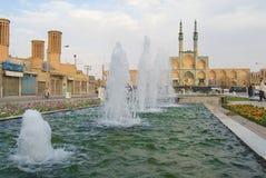 对喷泉的看法在亚兹德,伊朗的历史部分的贵族Chakhmaq复合体前面 免版税库存照片
