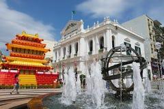 对喷泉的看法在圣诞老人住处Da Misericordia大厦前面在澳门,中国的历史中心 免版税库存照片