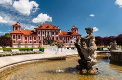对喷泉的更加接近的看法在Troja宫殿,布拉格前面 免版税库存图片