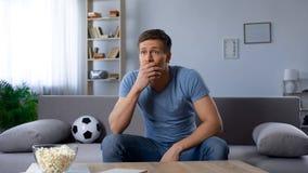 对国家足球队损失生气的足球迷比赛的,广播 图库摄影