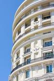 对圆形旅馆大厦门面的白天视图与装饰品 免版税库存照片