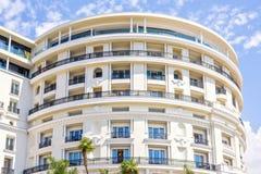 对圆形旅馆大厦门面的白天视图与装饰品 库存图片