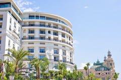 对圆形旅馆大厦门面的白天视图与装饰品 图库摄影
