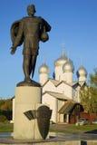对圣亚历山大・涅夫斯基的纪念碑从鲍里斯和Gleb秋天教会晚上 假定招标veliky教会的novgorod 库存图片