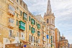 对圣保罗大教堂的街道视图在瓦莱塔老镇 库存图片