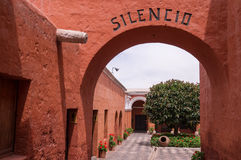 对圣卡塔利娜修道院的入口在阿雷基帕,秘鲁 免版税库存图片