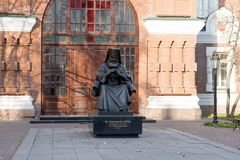 对圣在入口前面的卢卡Voyno-Yasenetsky的纪念碑对圣约翰寺庙的教区先行者1890 库存照片