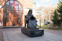 对圣在圣约翰寺庙的教区的前面卢卡Voyno-Yasenetsky的纪念碑先行者1890在秋天 免版税库存图片