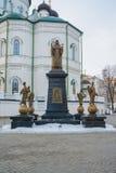 对圣在大教堂的Mitrofan Voronezhsky的纪念碑附近 免版税库存照片