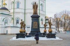 对圣在大教堂的Mitrofan Voronezhsky的纪念碑附近 免版税库存图片