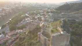 对圣尼古拉教会的鸟瞰图在Narikala堡垒和第比利斯美好的全景日出的 佐治亚 影视素材