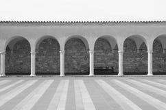 对圣法兰西斯大教堂的被成拱形的走道在阿西西, Ita 免版税库存图片