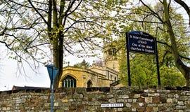 对圣皮特圣徒・彼得的教会,Conisbrough,唐卡斯特的标志 免版税库存照片