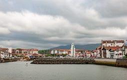 对圣胡安与典型的白色的de Luz法国海岸线的一个看法  免版税库存图片