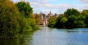 对圣詹姆斯` s公园和家庭骑兵博物馆的夏天视图 伦敦英国 免版税库存照片