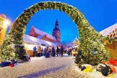 对圣诞节市场的入口在里加 免版税库存照片
