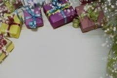 对圣诞节,在一个多彩多姿的箱子的一件礼物 图库摄影