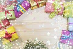 对圣诞节,在一个多彩多姿的箱子的一件礼物 免版税图库摄影