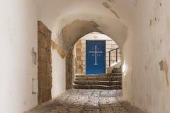 对圣迈克尔希腊教会的门车道黄道十二宫的在晚上在Tel的Aviv-Yafo老城市Yafo在以色列 库存图片