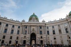 对圣迈克尔广场的门面在霍夫堡宫 库存图片