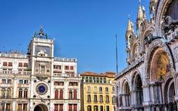 对圣马克` s大教堂和clocktower的白天视图 免版税库存图片