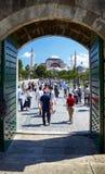 对圣索非亚大教堂的看法从蓝色清真寺庭院  免版税库存图片