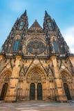 对圣Vitus大教堂的大门布拉格城堡的 库存照片