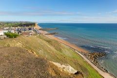 对在侏罗纪海岸东部的多西特海岸西湾英国视图在与蓝天的一个美好的夏日 免版税库存图片