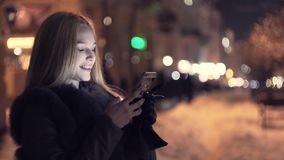 对在冬时的巧妙的电话的妇女用途在夜和微笑里 影视素材