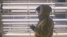 对在冬时的智能手机的妇女用途在晚上 影视素材