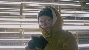 对在冬时的智能手机的妇女用途在晚上 股票录像