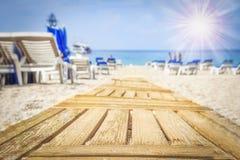 对在含沙海海滩的方式在明亮的晴天 路径向海运 暑假概念 图库摄影