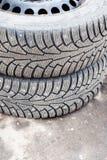 对在地面的老散布的防滑轮胎 库存图片