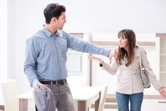 对在家具店的价格失望的年轻夫妇 免版税库存照片