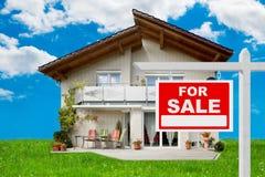 对在房子前面的销售标志 免版税库存图片