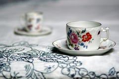 对在桌上的古色古香的杯子 免版税图库摄影