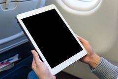 对在空中飞机的片剂的妇女用途 免版税图库摄影