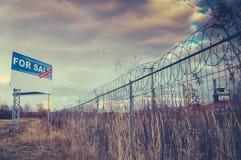 对在都市荒原的销售标志 库存照片
