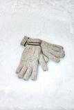 对在雪的冬天手套 免版税库存图片